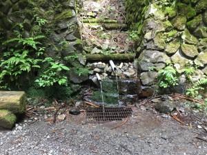 小仏峠下の湧水